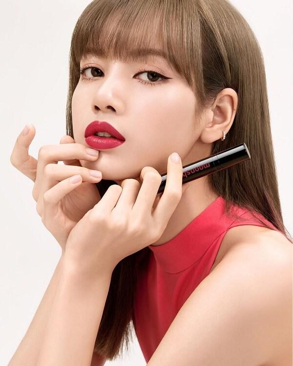Bờ môi căng mọng của Lisa đi cùng với son môi đỏ