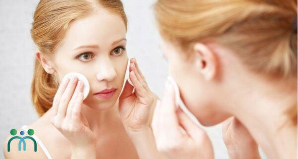 Sử dụng nước hoa hồng sau khi làm sạch da vào cuối ngày